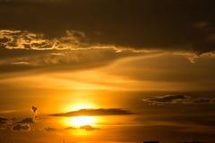 在天空的金黄云彩在日落期间 免版税库存照片