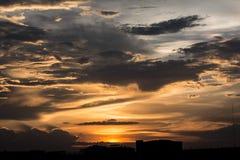 在天空的金黄云彩在日落期间 免版税库存图片