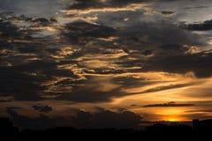 在天空的金黄云彩在日落期间 免版税图库摄影