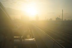 在天空的铁路与阳光早晨 免版税库存照片