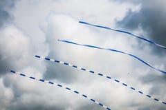在天空的长的蓝色白色风筝 免版税库存照片