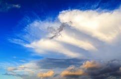 在天空的难以置信的双突透镜的云彩在日落期间 与颜色的五颜六色的组合的火热的橙色日落天空和 库存照片