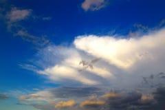 在天空的难以置信的双突透镜的云彩在日落期间 与颜色的五颜六色的组合的火热的橙色日落天空和 库存图片