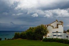 在天空的雷云在海 免版税库存图片