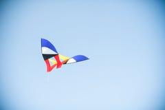 在天空的风筝飞行 免版税图库摄影