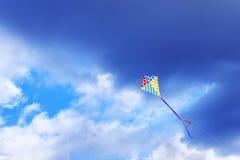 在天空的风筝飞行 免版税库存照片