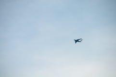 在天空的飞机与云彩 免版税库存照片