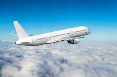 在天空的飞机在云彩飞行旅途太阳高度上 图库摄影