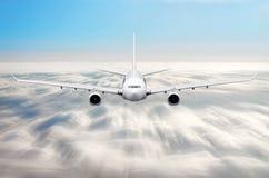 在天空的飞机在云彩飞行旅途太阳高度速度行动迷离上 图库摄影