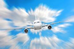 在天空的飞机在云彩飞行旅途太阳高度速度行动迷离上 免版税库存图片
