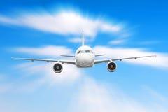 在天空的飞机在云彩飞行旅途太阳高度速度行动迷离上 库存照片
