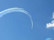 在天空的飞机形成 免版税库存图片
