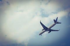 在天空的飞机飞行 黑暗的边界 免版税库存照片