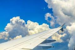 在天空的飞机飞行 免版税库存图片
