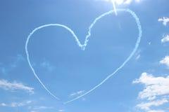 在天空的飞机绘的心脏 库存图片