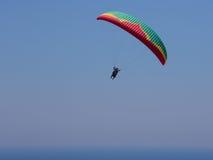 在天空的飞行的纵排滑翔伞在海和在山,美好的海图02附近 免版税库存照片