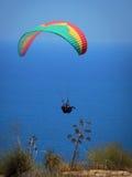 在天空的飞行的纵排滑翔伞在海和在山,美好的海图01附近 免版税图库摄影