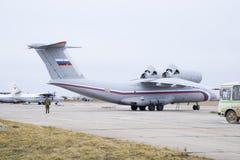 在天空的飞行表演在克拉斯诺达尔机场飞行学校上 以纪念祖国的防御者的Airshow an-26 免版税库存图片