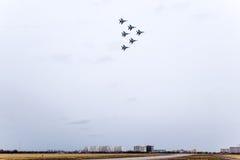 在天空的飞行表演在克拉斯诺达尔机场飞行学校上 以纪念祖国的防御者的Airshow 在天空的米格-29 图库摄影