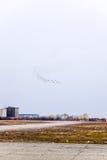 在天空的飞行表演在克拉斯诺达尔机场飞行学校上 以纪念祖国的防御者的Airshow 在天空的米格-29 库存照片