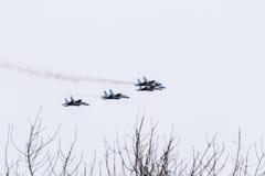 在天空的飞行表演在克拉斯诺达尔机场飞行学校上 以纪念祖国的防御者的Airshow 在天空的米格-29 库存图片