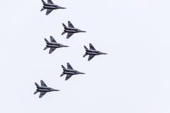 在天空的飞行表演在克拉斯诺达尔机场飞行学校上 以纪念祖国的防御者的Airshow 在天空的米格-29 免版税库存图片