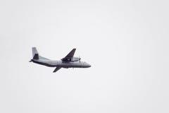 在天空的飞行表演在克拉斯诺达尔机场飞行学校上 以纪念祖国的防御者的Airshow 在天空的an-26 免版税库存照片