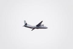 在天空的飞行表演在克拉斯诺达尔机场飞行学校上 以纪念祖国的防御者的Airshow 在天空的an-26 库存图片