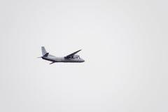 在天空的飞行表演在克拉斯诺达尔机场飞行学校上 以纪念祖国的防御者的Airshow 在天空的an-26 库存照片