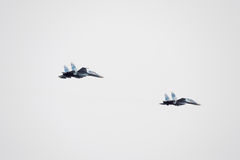 在天空的飞行表演在克拉斯诺达尔机场飞行学校上 以纪念祖国的防御者的Airshow 天空的su35 库存照片
