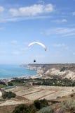 在天空的飞行滑翔伞, Kourion,塞浦路斯 免版税库存照片