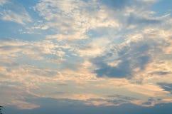 在天空的黄色晚上日落与云彩 免版税库存图片