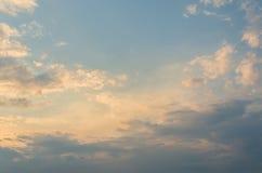 在天空的黄色晚上日落与云彩 库存图片