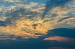 在天空的黄色晚上日落与云彩 图库摄影