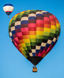 在天空的2个热空气气球 库存照片