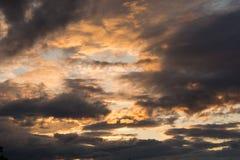 在天空的令人毛骨悚然的晚上大气 免版税库存图片