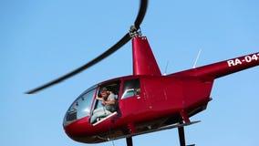 在天空的直升机飞行,清楚的天空,红色直升机 股票录像