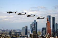 在天空的直升机 莫斯科市事务和公寓中心 免版税库存图片