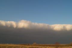 在天空的黑暗的云彩在日落 库存图片