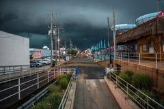 在天空的黑暗的云彩在飓风前的城市街道 库存照片