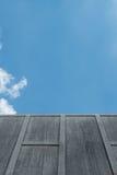 在天空的水泥墙壁 免版税库存照片