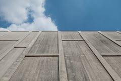 在天空的水泥墙壁 库存照片