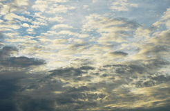 在天空的黑白云彩汇合在晚上 库存图片