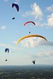 在天空的滑翔伞在南下来上 库存照片