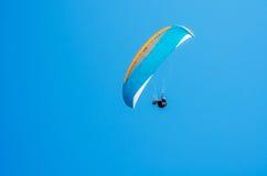 在天空的滑翔伞飞行,有效地花费的业余时间, wonderfu 库存照片