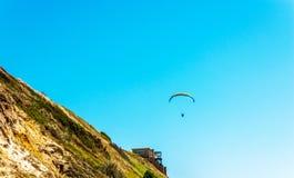 在天空的滑翔伞飞行,有效地花费的业余时间, wonderfu 免版税库存照片
