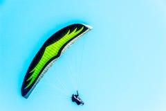 在天空的滑翔伞飞行,有效地花费的业余时间, wonderfu 免版税库存图片
