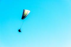 在天空的滑翔伞飞行,有效地花费的业余时间, wonderfu 库存图片
