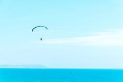 在天空的滑翔伞飞行,有效地花费的业余时间, wonderfu 免版税图库摄影