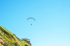 在天空的滑翔伞飞行,有效地花费的业余时间, wonderfu 图库摄影
